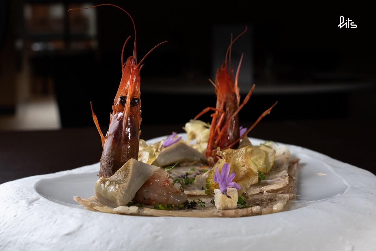 Carpaccio de pies de cerdo con gamba roja y chips de alcachofa