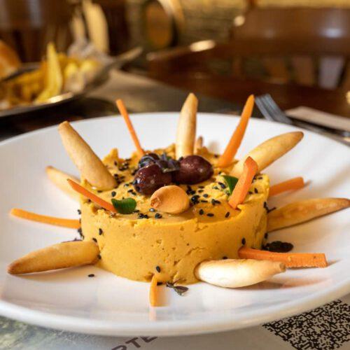 Hummus de la casa, con aceituna negra de Aragón, palitos de zanahoria y picos