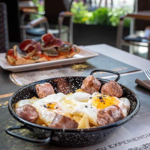 artén de huevos de caserío, con patatas boina artesanas y butifarra de Aran