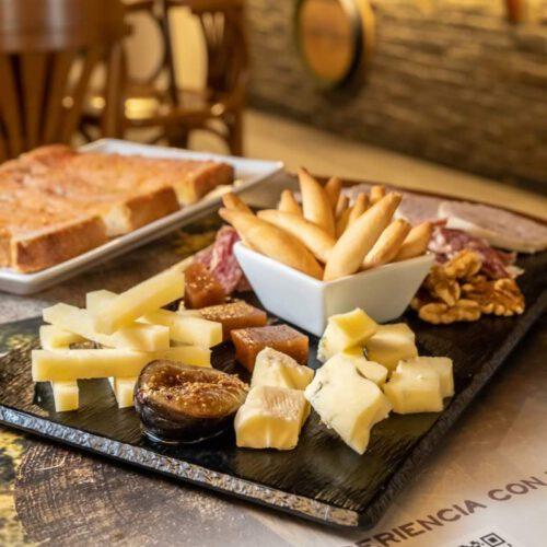 Selección de quesos de #Bagergue acompañada con higos y membrillo