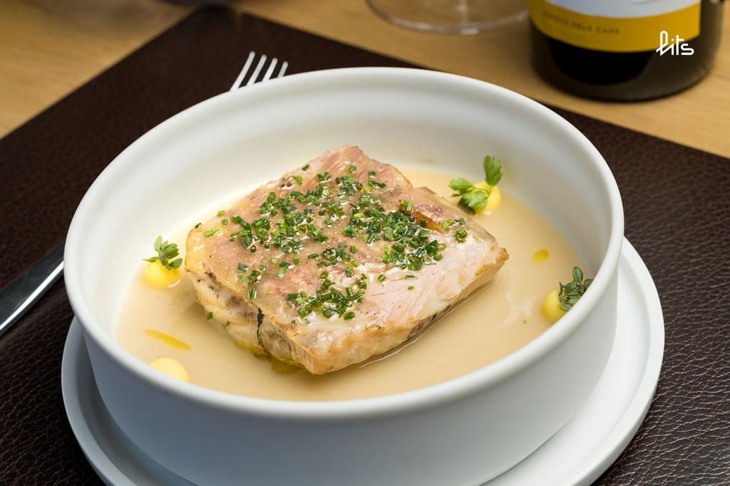 Lomo de Esturión de la Val d'Aran a la brasa con sopa de tomillo y patata al tenedor