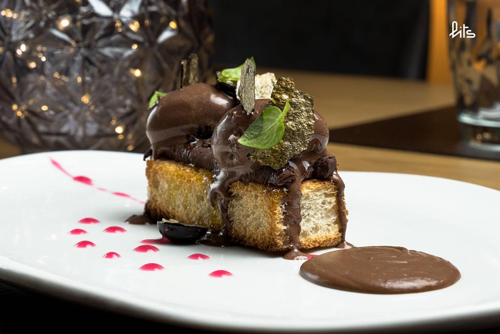 Pan a la brasa con cremoso de chocolate negro, aceite y sal